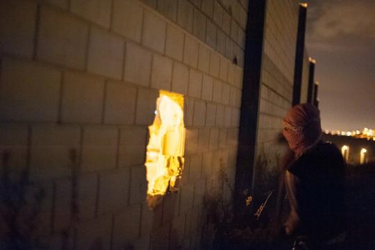 פעילים פלסטינים שוברים את חומת ההפרדה (צילום: אקטיבסטילס)