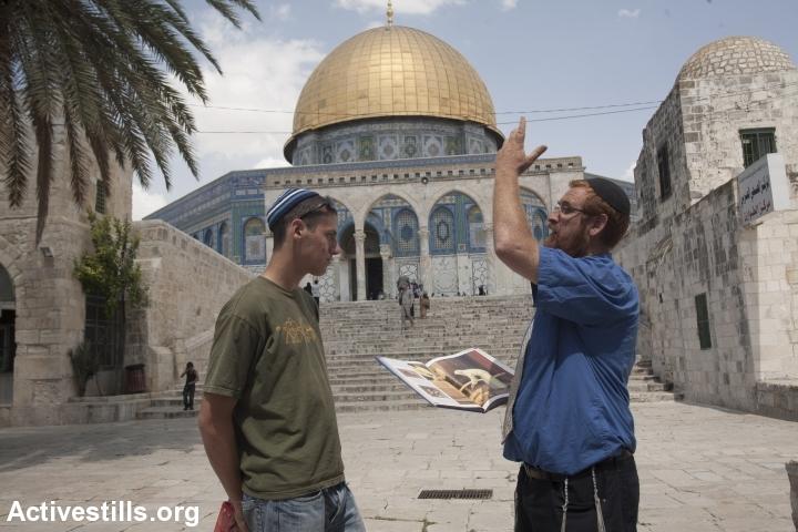 יהודה גליק בסיור על הר הבית, ליד מסגד אל-אקצא, 2009 (אורן זיו / אקטיבסטילס)