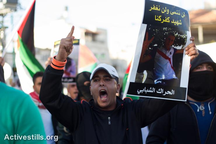 פלסטינים אזרחי ישראל מפגינים בעקבות הריגתו של ח'יר חמדאן, בכפר כנא, 8 בנובמבר, 2014. עימותים פרצו לאחר ששוטר ירה והרג את חמדאן, בן 22, במהלך פשיטה של המשטרה בעיר בלילה שלפני. (אקטיבסטילס)