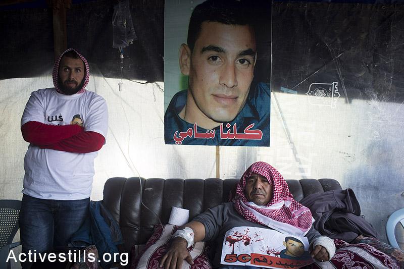 """ח'אלד, אביו של סמי אל-ג׳עאר באוהל האבלים לפני הלווית בנו, רהט, 18 ינואר, 2015. אל-ג׳עאר בן ה-22 נורה למוות בידי שוטר במהלך פשיטה על העיר רהט, למרות שלא היה מעורב באירוע. מח""""ש סגרה את החקירה. (אקטיבסטילס)"""