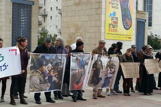 """הפגנה מול עיריית ירושלים: הרחיקו את מג""""ב מבתי הספר במזרח העיר. (צילום: הללי פינסון)"""