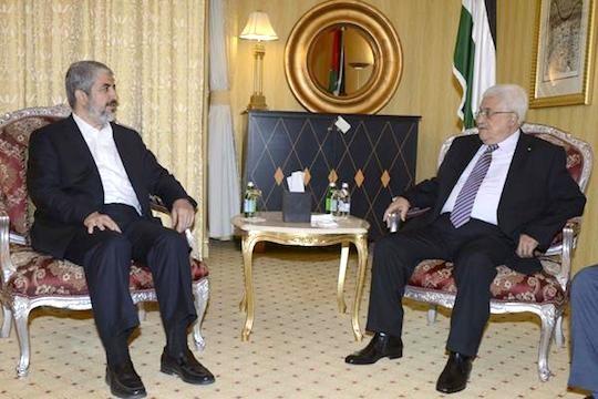 """מנהיג חמאס חאלד משעל בפגישה עם יו""""ר הרשות הפלסטינית מחמוד עבאס (צילום ארכיון: PPO/Thaer Ghanaim – Handout)"""