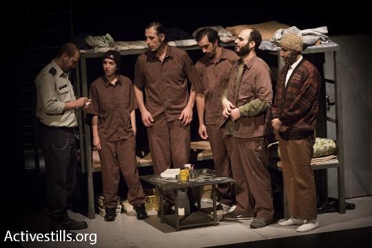 """מתוך ההצגה """"הזמן המקביל"""", תיאטרון אל-מידאן (אורן זיו / אקטיבסטילס)"""