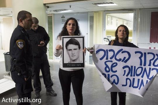 אורטל תמם, אחייניתו של משה תמם, במחאה בתיאטרון אל-מידאן (אורן זיו / אקטיבסטילס)