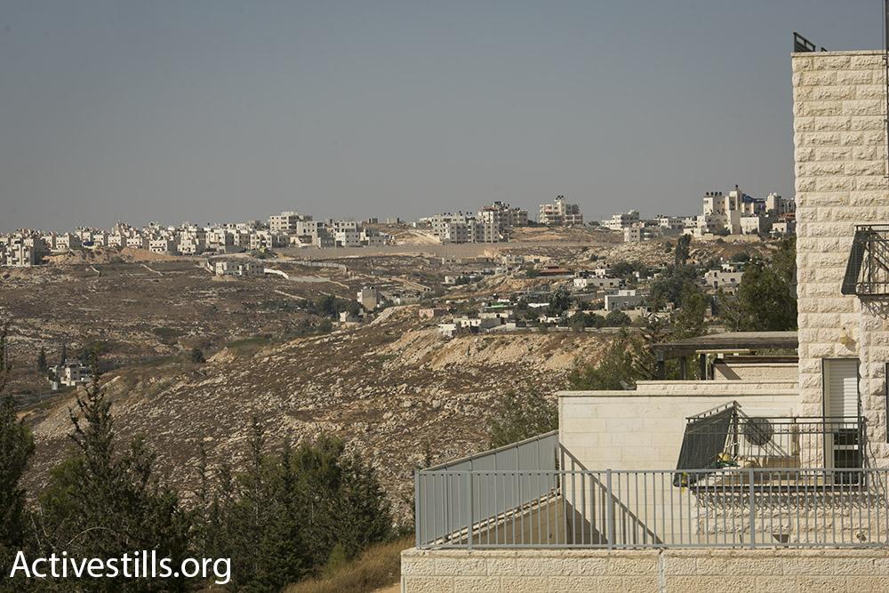 """""""את הבתים שלהם היה קל לזהות כי היתה סביבם אדמה, ועל הגג אנטנות בצורות מוזרות כמו מגדל אייפל"""". כל כך קרוב, אבל מעבר להררי החושך. שכונת בית חנינא במזרח ירושלים (אורן זיו / אקטיבסטילס)"""