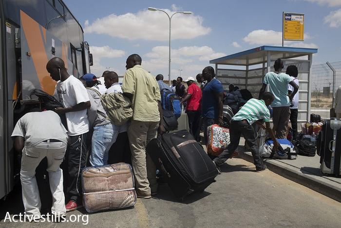 מבקשי מקלט ביציאה ממתקן חולות, עולים על אוטובוס לבאר שבע (אורן זיו / אקטיבסטילס)