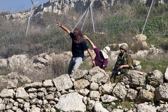 מתנחלים זורקים אבנים על פלסטינים (יותם רונן / אקטיבסטילס)