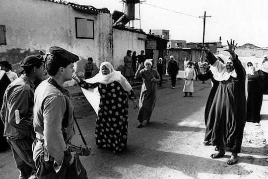 האינתיפאדה הראשונה. נשים פלסטיניות מתעמתות על חיילים בעקבות מעצר של צעירים פלסטינים במחנה הפליטים ג'בליה ברצועת עזה. 1988 (צילום: Robert Croma, CC BY-NC-SA 2.0)