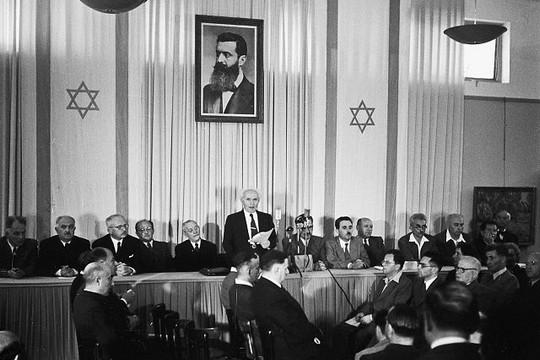 השינוי הגדול בתפיסה שלו בא עם השואה. דוד בן-גוריון מכריז על הקמת מדינת ישראל. 14 במאי 1948, תל אביב.