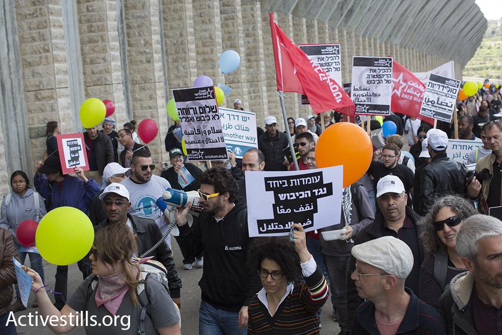 כ-500 מפגינות ומפגינים צעדו לרגל יום האשה בהפגנה משותפת פלסטינית-ישראלית במחסום המנהרות. 4 במרץ 2016. (אורן זיו/אקטיבסטילס)