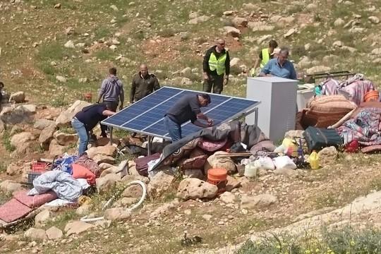 אנשי המנהל האזרחי מפרקים פאנלים סולאריים בג'ינבה, שטח אש 918, דרום הר חברון (נאסר נוואג'עה, בצלם)