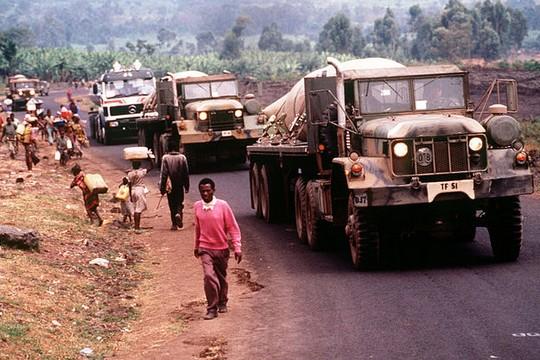 כוחות אמריקאים מביאים מים לפליטים אשר בוחרים מרואנדה במהלך רצח העם. אוגוסט 1994.