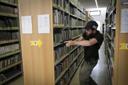 מאבטח עם נשק צעצוע בספריה באלון שבות בתרגיל אבטחה (גרשון אלינסון / פלאש90)
