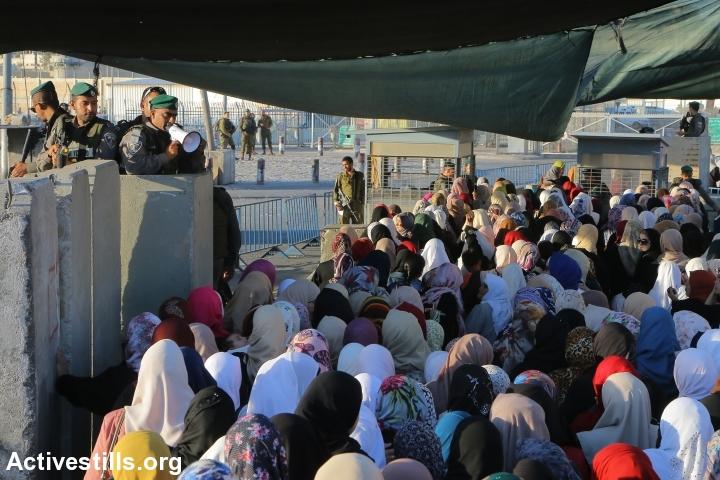 """ענת סרגוסטי: """"היו ימים בהם הכל היה פתוח. לא היה כלום – לא גדר, לא שער, לא קלנדיה, לא 300 ולא 400. כלום של כלום. לא לגדה ולא לעזה. זה היה נון-אישיו לפגוש פלסטינים ביום יום שלנו פה, בתוך ישראל"""".נשים בדרך לירושלים, רמדאן, מחסום קלנדיה, יוני 2016 (אחמד אל-באז / אקטיבסטילס)"""
