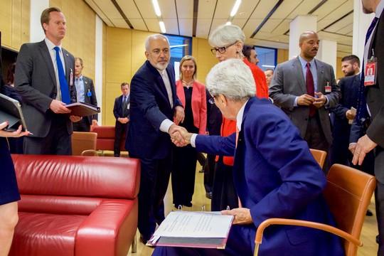 מזכיר המדינה האמריקאית קרי ושר החוץ האיראני זריף לוחצים ידיים בתום שיחות המשא ומתן בין איראן למעצמות. 14 ביולי 2015 (צילום: מחלקת המדינה)