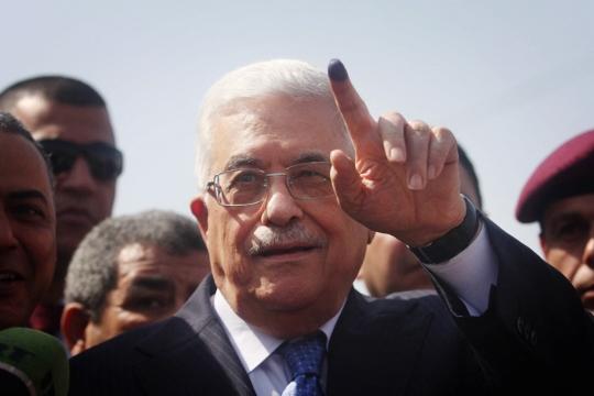 הנשיא הפלסטיני מחמוד עבאס מצביע בבחירות המקומיות בגדה המערבית, 2012 (עיסאם רימאווי / פלאש90)