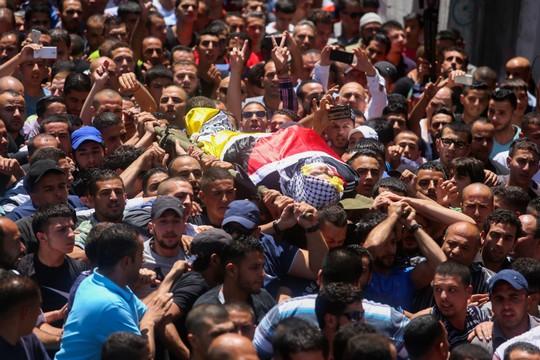 """מסע הלוויתו של הנער מוחמד אל-כסבה שנהרג כתוצאה מהירי של אל""""מ שומר (פלאש 90)"""
