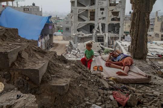 ילדים בהריסות ביתם, שנה אחרי המלחמה, עזה (עמאד נסאר / פלאש90)