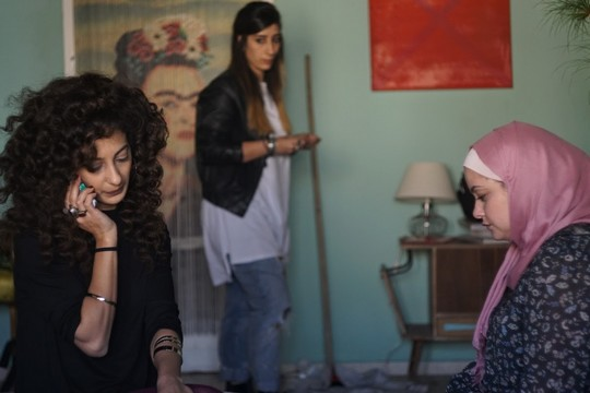 """מתוך הסט של """"לא פה ולא שם"""". מימין: נור (שאדן קנבורה), סלמה (סאנא ג'מאלייה) ולילא (מונא חווא) - בדירה בכרם התימנים (צילום: תולי כהן)"""