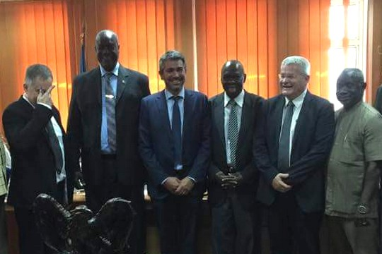 האלוף במיל' ישראל זיו לצד שרי הבטחון והחקלאות של דרום סודאן. מצד שמאל מסתיר את פניו - עמנואל רוזן (צילום: משרד החקלאות הדרום סודאני)