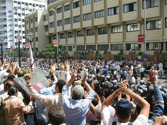 הפגנה למען עצמאות מערכת המשפט מחוץ למשדי איגוד העיתונאים במצרים, קהיר 2006 (Hossam el-Hamalawy CC BY-NC 2.0)