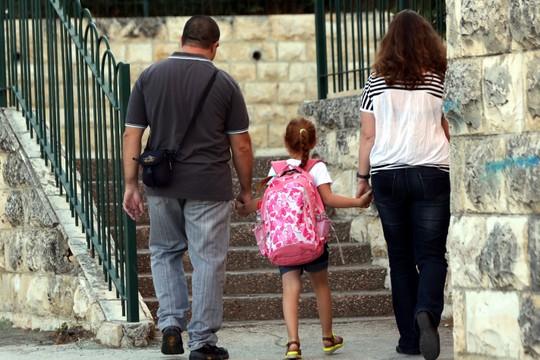 הורים וילדה בדרך לבית הספר. אילוסטרציה (יוסי זמיר/פלאש90)