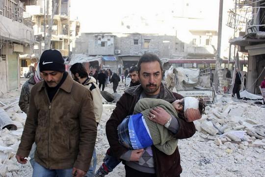 יתכן שיחסי הכוחות מאוזנים יותר משנדמה והסכנה של נצחון האיסלאמיסטים אמיתית. תושב חאלב נמלט על נפשו עם בנו (Syria Freedom House פליקר CC BY 2.0)