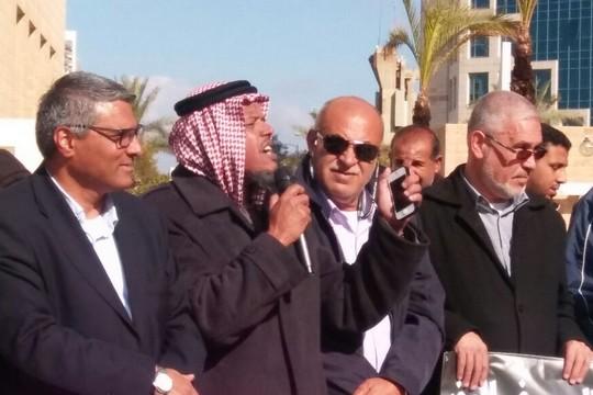 מפגינים נגד עקירת אל-זרנוג (צילום: דני בלר)