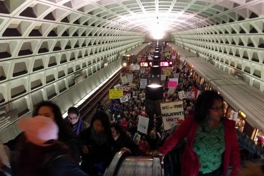 רכבות מלאות בדרך להפגנת חצי מליון הנשים נגד טראמפ בוושינגטון (דניאל נירנברג/ג'אסט ויז'ן)