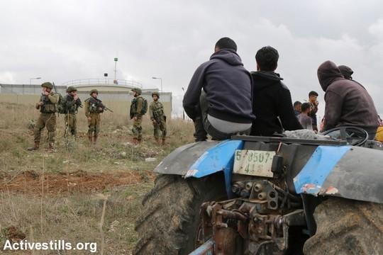 חקלאים מהכפר עסירה אל-קבלייה שותלים עצי זית במחאה על הפקעת אדמות פרטיות לטובת התנחלות יצהר. 26 בינואר 2017 (צילום: אחמד אל-באז/אקטיבסטילס)