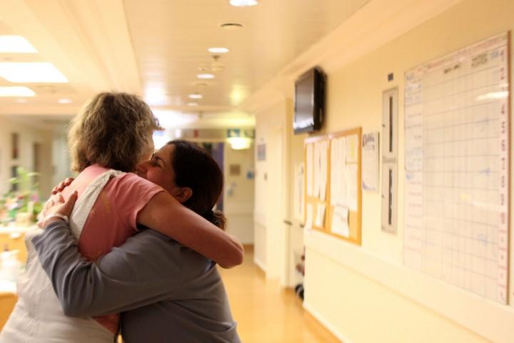 נשים מתחבקות בבית חולים (אילוסטרציה: קובי גדעון / פלאש90)