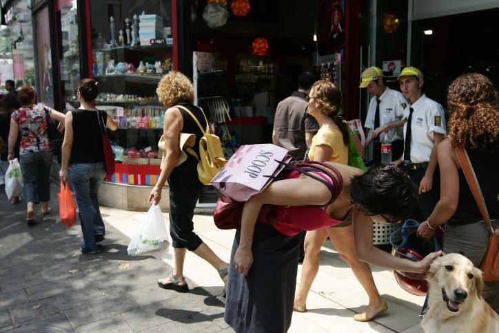 נשים ברחוב בתל אביב (אילוסטרציה: קובי גדעון / פלאש90)