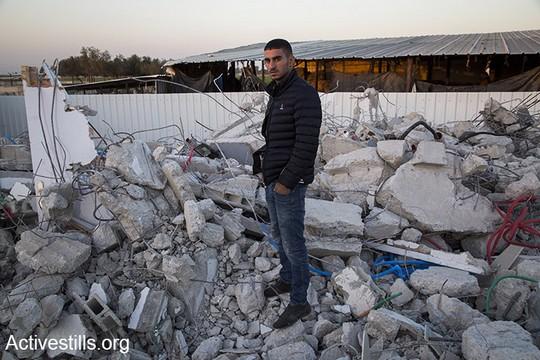 איפה הילדים שלנו אמורים לגור? על הירח? עימאד עראר, 23, עומד על הריסות ביתו בקלנסווה (קרן מנור/אקטיבסטילס)