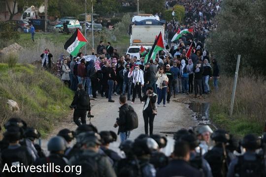 """שוטרי יס""""מ ערוכים על כביש 65 מול המפגינים נגד הריסות בתים בערערה (קרן מנור / אקטיבסטילס)"""