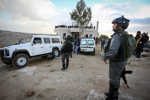 שוטרים וחיילים מהמנהל האזרחי ליד בית בכפר בודרוס שמיועד להריסה. עשרות נשים נעמדו על המרפסות ועצרו את החיילים (פלאש90)