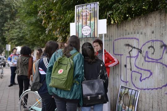 תלמידות עירוני א' בתל אביב חותמות על עצומת תמיכה בתמר אלון (שבתמונה למעלה) ובתמר זאבי (עינב זילבר)