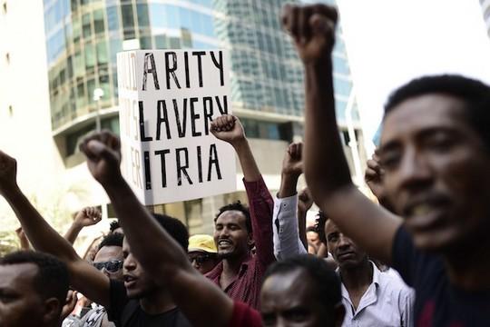 מבקשי מקלט מאריתריאה בהפגנה מול שגרירות האיחוד האירופי ברמת גן. החשש הוא שהסכם השלום יתן לגיטימציה לדיקטטורה באריתריאה (תומר נויברג / פלאש90)