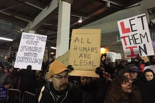 """""""כל בני האדם חוקיים"""". מפגינים בשדה התעופה JFK בניו יורק. (צילום:עדנה בונהום)"""
