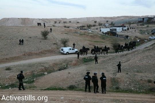 הכוחות מתרכזים במעלה אום אל חיראן לפנות בוקר (צילום: קרן מנור, אקטיבסטילס)