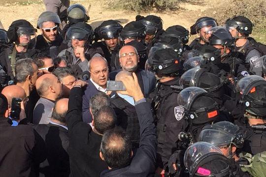 """כוחות משטרה ויס""""מ מכתרים את ח""""כי הרשימה המשותפת באום אל חירן (צילום: דוברות הרשימה המשותפת)"""