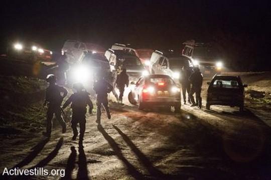 כוחות המשטרה פושטים על אום-אל חיראן, רביעי לפנות השחר (קרן מנור/אקטיבסטילס)