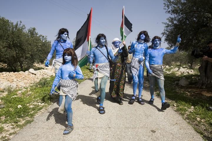 תושבי בלעין ופעילים ישראלים מחופשים לדמויות אווטאר, 2010 (אורן זיו / אקטיבסטילס)