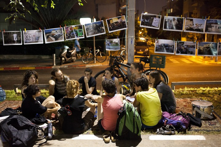 תערוכת רחוב של צילומים במהלך מחאת האוהלים ב-2011. שדרות רוטשילד תל אביב (אקטיבסטילס)