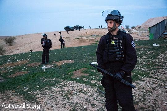 שוטרים חמושים בכדורי ספוג לקראת הריסת אום אלחיראן (קרן מנור/אקטיבסטילס)
