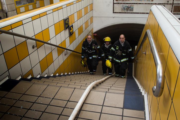 כבאים יוצאים ממנהרת הכרמלית בחיפה ביום השריפה (באסל עווידאת / פלאש90)