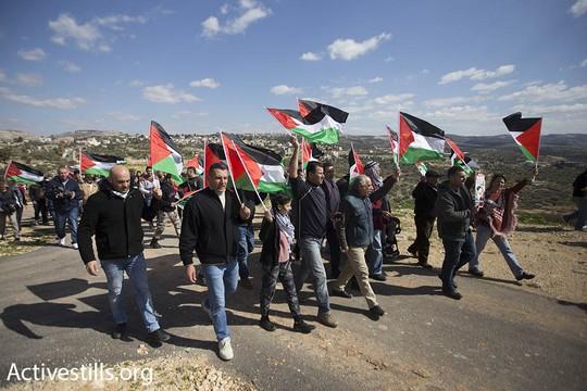 מאות צעדו בבלעין לעבר חומת ההפרדה, לציון 12 שנות מאבק עממי נגד גזל הקרקעות והכיבוש (פאיז אבו-רמלה/אקטיבסטילס)