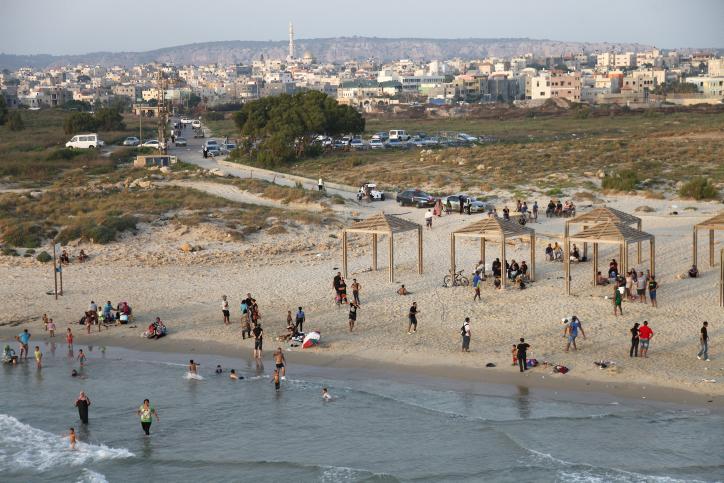 נופשים על חוף ג'יסר א-זרקא (משה שי / פלאש90)