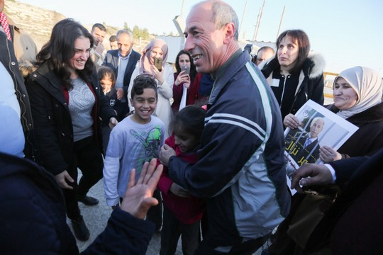 עומר נזאל מתקבל על ידי בני משפחה ותומכים מחוץ לכלא עופר (STR / פלאש90)