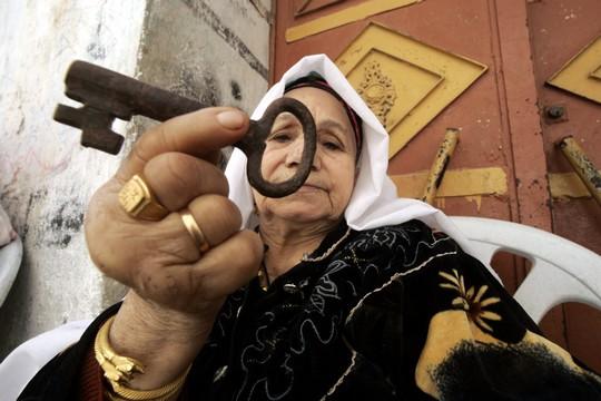 מבחינת הפלסטינים הבעיה הראשונית והגדולה ביותר היא בעיית הפליטים. פליטה פלסטינית ממחנה רפח עם מפתחות ביתה ביפו (צילום: עבד רחים חטיב/פלאש90)