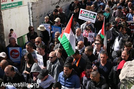 מאות הפגינו בחברון לציון 23 שנים לטבח במערת המכפלה ובקריאה לפתיחת רחוב השוהדא וסיום הכיבוש (היידי מוטולה/אקטיבסטילס)